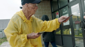 'It just makes me feel good': 94-year-old melts strangers' hearts giving away chocolate bars