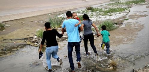 Border agents apprehend more than 1,000 migrants in record roundup
