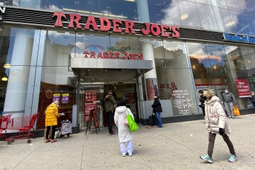 Aldi, Trader Joe's and others will pay workers to get a vaccine