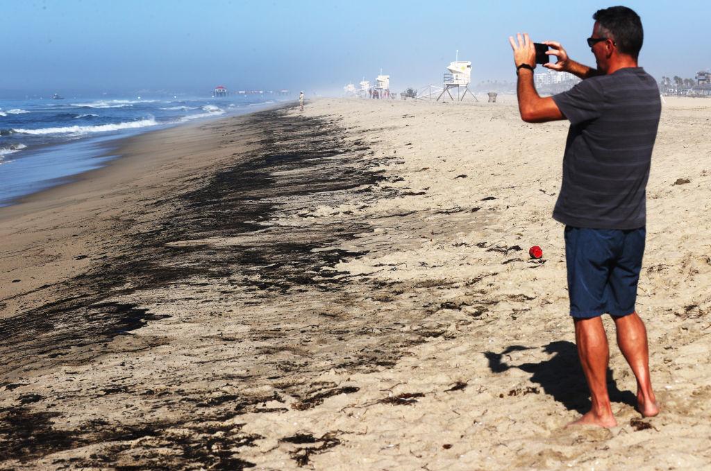 Exhiben retraso de 12 horas para atender derrame de petróleo en California