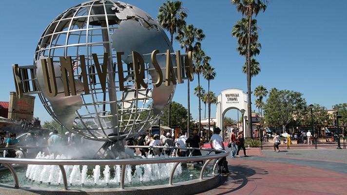 Nuevas reglas COVID-19 para ingresar a Six Flags y Universal Studios en California